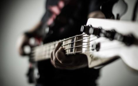Hombre tocando una guitarra-13633